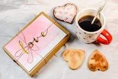 Σπιτικά μπισκότα, μορφή καρδιών, μαύρος καφές και αγάπη παρόντες στοκ φωτογραφίες