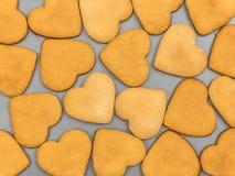 Σπιτικά μπισκότα πιπεροριζών με μορφή μιας καρδιάς Η άποψη από Στοκ φωτογραφία με δικαίωμα ελεύθερης χρήσης
