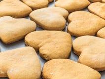 Σπιτικά μπισκότα πιπεροριζών με μορφή μιας καρδιάς Στοκ φωτογραφία με δικαίωμα ελεύθερης χρήσης