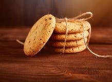 Σπιτικά μπισκότα σοκολάτας στον ξύλινο πίνακα Σωρός των εύγευστων μπισκότων τσιπ τα μπισκότα Χριστουγέννων βρίσκουν ότι οι εικόνε στοκ φωτογραφία με δικαίωμα ελεύθερης χρήσης