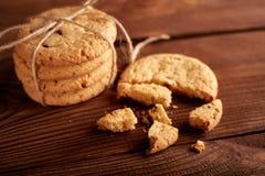 Σπιτικά μπισκότα σοκολάτας στον ξύλινο πίνακα Σωρός των εύγευστων μπισκότων τσιπ τα μπισκότα Χριστουγέννων βρίσκουν ότι οι εικόνε στοκ φωτογραφίες