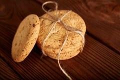 Σπιτικά μπισκότα σοκολάτας στον ξύλινο πίνακα Σωρός των εύγευστων μπισκότων τσιπ τα μπισκότα Χριστουγέννων βρίσκουν ότι οι εικόνε στοκ εικόνες