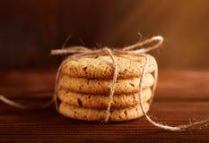 Σπιτικά μπισκότα σοκολάτας στον ξύλινο πίνακα Σωρός των εύγευστων μπισκότων τσιπ τα μπισκότα Χριστουγέννων βρίσκουν ότι οι εικόνε στοκ εικόνες με δικαίωμα ελεύθερης χρήσης