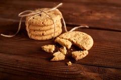 Σπιτικά μπισκότα σοκολάτας στον ξύλινο πίνακα Σωρός των εύγευστων μπισκότων τσιπ τα μπισκότα Χριστουγέννων βρίσκουν ότι οι εικόνε στοκ εικόνα