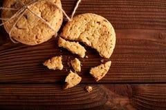 Σπιτικά μπισκότα σοκολάτας στον ξύλινο πίνακα Σωρός των εύγευστων μπισκότων τσιπ τα μπισκότα Χριστουγέννων βρίσκουν ότι οι εικόνε στοκ φωτογραφία