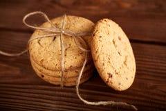 Σπιτικά μπισκότα σοκολάτας στον ξύλινο πίνακα Σωρός των εύγευστων μπισκότων τσιπ τα μπισκότα Χριστουγέννων βρίσκουν ότι οι εικόνε στοκ φωτογραφίες με δικαίωμα ελεύθερης χρήσης