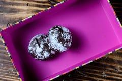 Σπιτικά μπισκότα σοκολάτας στο ροδαλό κιβώτιο εγγράφου χρώματος σε ένα Wo στοκ εικόνες
