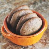 Σπιτικά μπισκότα σοκολάτας για το πρόχειρο φαγητό Μπισκότα τσιπ σοκολάτας που πυροβολούνται στο κεραμικό βάζο Στοκ Εικόνα