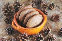 Σπιτικά μπισκότα σοκολάτας για το πρόχειρο φαγητό Μπισκότα τσιπ σοκολάτας που πυροβολούνται στο κεραμικό βάζο Στοκ Εικόνες