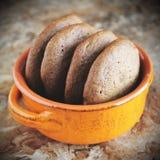 Σπιτικά μπισκότα σοκολάτας για το πρόχειρο φαγητό Μπισκότα τσιπ σοκολάτας που πυροβολούνται στο κεραμικό βάζο Στοκ εικόνα με δικαίωμα ελεύθερης χρήσης