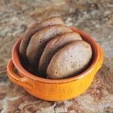 Σπιτικά μπισκότα σοκολάτας για το πρόχειρο φαγητό Μπισκότα τσιπ σοκολάτας που πυροβολούνται στο κεραμικό βάζο Στοκ φωτογραφίες με δικαίωμα ελεύθερης χρήσης