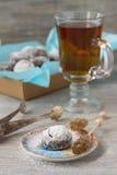 Σπιτικά μπισκότα σοκολάτας στην κονιοποιημένη ζάχαρη με τη ζάχαρη τσαγιού και καραμέλας Στοκ εικόνα με δικαίωμα ελεύθερης χρήσης