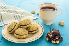 Σπιτικά μπισκότα, σοκολάτα και τσάι Στοκ Εικόνες