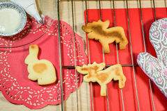Σπιτικά μπισκότα στη σχάρα και κόκκινα doilies Στοκ Φωτογραφία