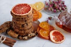 Σπιτικά μπισκότα τσιπ σοκολάτας, κατσαρόλα με το μαύρο τσάι και τριαντάφυλλα, διακόσμηση για το κόμμα τσαγιού Στοκ Φωτογραφίες
