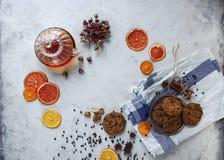 Σπιτικά μπισκότα τσιπ σοκολάτας, κατσαρόλα με το μαύρο τσάι και τριαντάφυλλα, διακόσμηση για το κόμμα τσαγιού Στοκ Εικόνες