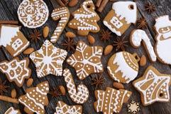 Σπιτικά μπισκότα Χριστουγέννων σε ένα ξύλινο υπόβαθρο Στοκ φωτογραφία με δικαίωμα ελεύθερης χρήσης
