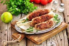 Σπιτικά οβελίδια κρέατος kebabs με τη dogberry και σαλάτα κρεμμυδιών στο ξύλινο υπόβαθρο Στοκ Φωτογραφίες