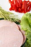 Σπιτικά λουκάνικα και λαχανικά στον πίνακα Στοκ Φωτογραφία