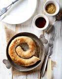 Σπιτικά λουκάνικα σε ένα τηγάνι στοκ φωτογραφίες