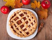 Σπιτικά πίτα μήλων, μήλα και φύλλα φθινοπώρου στοκ εικόνα με δικαίωμα ελεύθερης χρήσης
