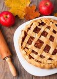 Σπιτικά πίτα μήλων, μήλα και φύλλα φθινοπώρου στοκ φωτογραφία με δικαίωμα ελεύθερης χρήσης