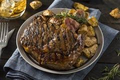 Σπιτικά πατάτες και ουίσκυ μπριζόλας στοκ φωτογραφίες