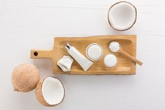 Σπιτικά προϊόντα καρύδων στο άσπρο ξύλινο επιτραπέζιο υπόβαθρο από Στοκ Φωτογραφίες