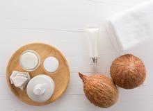 Σπιτικά προϊόντα καρύδων στο άσπρο ξύλινο επιτραπέζιο υπόβαθρο από Στοκ εικόνα με δικαίωμα ελεύθερης χρήσης