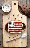 Σπιτικά σάντουιτς με την εικόνα της αμερικανικής σημαίας στο πρόγευμα Στοκ Εικόνα