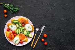 Σπιτικά σάντουιτς με το γαλλικούς baguette, το σολομό, το τυρί και το λαχανικό στο μαύρο πρότυπο άποψης υποβάθρου τοπ Στοκ Φωτογραφίες