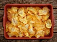 Σπιτικά τηγανισμένα τεμαχισμένα πατάτες τσιπ στοκ φωτογραφία