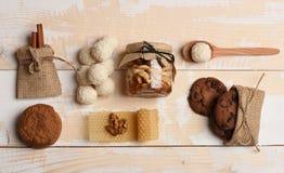 Σπιτικά υγιή γλυκά στο ελαφρύ ξύλινο υπόβαθρο σύστασης στοκ εικόνες