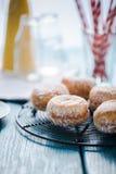 Σπιτικά φρέσκα donuts στην ψύξη του δίσκου στοκ εικόνα