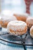 Σπιτικά φρέσκα donuts στην ψύξη του δίσκου στοκ φωτογραφία με δικαίωμα ελεύθερης χρήσης
