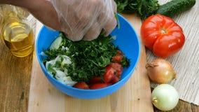 Σπιτικά χορτοφάγα υγιή τρόφιμα Τα ανθρώπινα χέρια κόβουν τα juicy χορτάρια, άνηθος και μαϊντανός, για το μαγείρεμα της φυτικής σα απόθεμα βίντεο