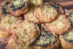 Σπιτικά ψημένα κέικ με τις διαφορετικές γαρνιτούρες μέσα στοκ εικόνες με δικαίωμα ελεύθερης χρήσης