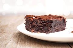 Σπιτικά brownies στο άσπρο πιάτο Με το κάλυμμα φοντάν σοκολάτας Στοκ φωτογραφία με δικαίωμα ελεύθερης χρήσης
