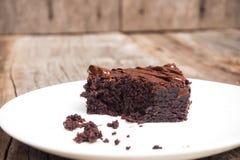 Σπιτικά brownies στο άσπρο πιάτο Με το κάλυμμα φοντάν σοκολάτας Στοκ Εικόνες