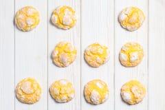 Σπιτικά crinkle λεμονιών μπισκότα με την κονιοποιημένη τήξη ζάχαρης Cracke Στοκ Εικόνες