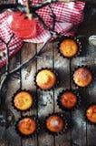 Σπιτικά cupcakes επάνω σε ένα ξύλινο υπόβαθρο στοκ φωτογραφία με δικαίωμα ελεύθερης χρήσης