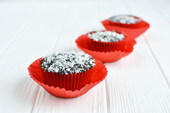 Σπιτικά cupcakes με το λούστρο και την καρύδα σοκολάτας Στοκ εικόνες με δικαίωμα ελεύθερης χρήσης