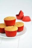 Σπιτικά cupcakes σε ένα άσπρο πιάτο Στοκ εικόνες με δικαίωμα ελεύθερης χρήσης