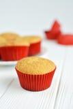 Σπιτικά cupcakes σε ένα άσπρο πιάτο Στοκ Εικόνες
