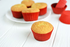 Σπιτικά cupcakes σε ένα άσπρο πιάτο Στοκ Φωτογραφίες
