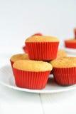 Σπιτικά cupcakes σε ένα άσπρο πιάτο Στοκ Φωτογραφία
