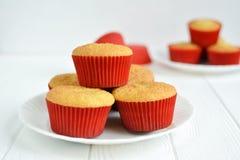 Σπιτικά cupcakes σε ένα άσπρο πιάτο Στοκ φωτογραφίες με δικαίωμα ελεύθερης χρήσης