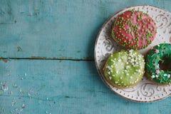 σπιτικά donuts σε χαρτί και το μαύρο καφέ σε ένα άσπρο φλυτζάνι Στοκ εικόνες με δικαίωμα ελεύθερης χρήσης