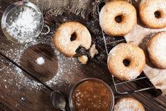 Σπιτικά donuts στον ξύλινο πίνακα Στοκ Εικόνες