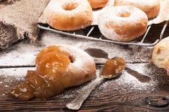 Σπιτικά donuts στον ξύλινο πίνακα Στοκ εικόνα με δικαίωμα ελεύθερης χρήσης